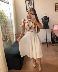Difícil resistir um look tão romântico como esse né lindezas? 🌻 . Blusa de lacinho super fofis e Saia bem godê do jeitinho que amamos 🥰 Fall Floral Dress, Flowery Dresses, Modest Dresses, Cheap Dresses, Casual Dresses, Dresses For Work, Girls Dresses, Cute Fashion, Modest Fashion