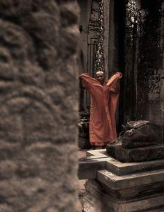 Un bonze remettant son habit en place. Cambodge, temples d'Angkor, juillet 2013