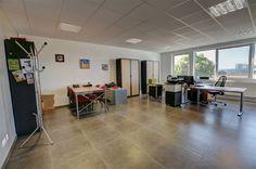 Nivelles zoning Sud, bureau de 41m², 2 parkings compris - 580€ - Rue de l'Industrie 17D, 1400 NIVELLES - Nivelles zoning Sud, espace bureau de 41m², 2 parkings compris. PREST immo vous propose un bureau rénové en 2012 dans un espace multi-entreprises, situé dans le Zoning Sud, à 500m des grands axes (Ring R4 vers la RN25 (Wavre), A54 (Charleroi) et la E19 (Bruxelles/Paris), à 3 min du centre-ville et du Shopping de Nivelles, à proximité de snacks, restaurants, divers commerces…