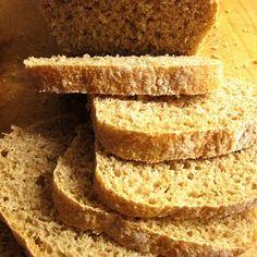 Pão de espelta e geléia de ameixa com cumaru