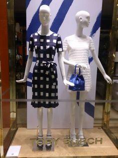 Adoro esses looks bem femininos! O legal dessa vitrine é que o modelo azul agrada as mulheres que gostam de um estilo clássico e elegante, e o vestido branco combina com as mulheres que gostam de mostrar um pouco mais de pele. O vestido branco mesmo sendo curto, é super elegante, sem falar que o tricô está super em alta. O vestido azul poderia tranquilamente ser usado no trabalho, fazendo um look mais colorido. Beijos!  . ✨✨✨✨✨✨✨✨✨✨✨✨✨ . I love these feminine looks good! The legal this…