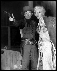 """1953 / Diverses photos sur le tournage du film """"River of no return"""". / Rarement une ballade aura si parfaitement illustré l'étoffe du film dont elle agrémente la vision. Il y a peu d'action dans ce western nonchalant, et encore moins sous la forme de fusillades. Un puma, un duo de prospecteurs se dresseront sur le parcours du trio, puis enfin les Indiens, juste avant le face à face final à Council City, lui-même tronqué : une empoignade de plus, un coup de feu hors champs et ce sera terminé…"""