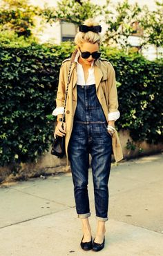短め丈のトレンチコートはフレンチガーリーに着こなして。バランスが取りやすいので身長が低い人にもおすすめです。