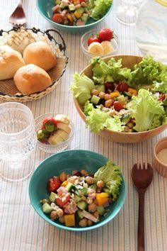 ミックスビーンズを入れたチョップドサラダは食べ応え◎。玄米も入っているので腹持ちもいいですよ。