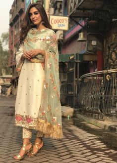 Celebrity spotted in 2019 bridle outfits индийская одежда, с Indian Wedding Outfits, Indian Outfits, Wedding Dress, Eid Outfits, Pakistani Dress Design, Pakistani Outfits, Pakistani White Dress, White Punjabi Suits, New Punjabi Suit