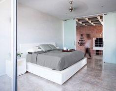 chambre adulte blanche avec un grand lit et plafond à caisson