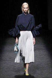 Devota & Lomba Madrid Printemps-Été 2020 - Défilés   Vogue Paris Vogue Fashion, Fashion Show, Fashion Trends, Vogue Paris, Lace Skirt, Midi Skirt, Moda Madrid, Mannequins, Designer Collection