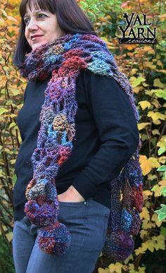 Longue écharpe crochetée à la main en laine multicolore bleu rouge violet et doré