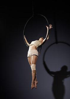 I really like this simple costume. Aerial Dance, Aerial Hoop, Lyra Aerial, Aerial Acrobatics, Aerial Arts, Aerial Silks, Pole Dance, Dance Art, Circus Aesthetic