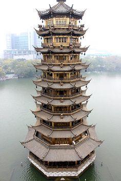 Sun Pagoda em Guilin, Guangxi, China ★ Esta foto é só um dos motivos para você ir à China. É um país de forte tradição cultural, onde quase tudo é diferente e fascinante para nós brasileiros. #viagem #china #asia