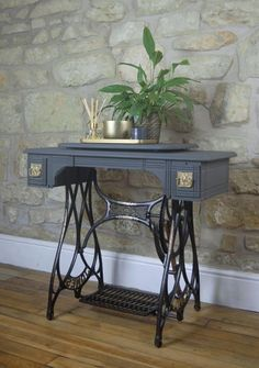 Old Sewing Machine Table, Vintage Sewing Table, Treadle Sewing Machines, Antique Sewing Machines, Singer Table, Singer Sewing Tables, Repurposed Furniture, Painted Furniture, Deco Furniture