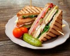 How to make Classic Club Sandwich . Easy and simple Classic Club Sandwich Recipe. Here's how to create theclubhouse sandwich that remains a quintessential favourite for those looking for a quick bite to eat. Club Sandwich Poulet, Bacon Sandwich, Sandwich Recipes, Sandwich Ideas, Paneer Sandwich, Bread Recipes, Homemade Sandwich, Healthy Sandwiches, Chicken Sandwich
