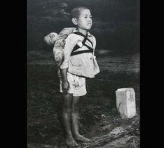 原爆投下直後の写真。背中に負ぶっている幼い弟はすでに死んでいて、その弟を荼毘に付すため待っている兄。焼かれていく弟をじっと見つめていたが、決して涙を見せなかったという。彼はすべてを失ったが、亡くなった幼い弟に敬意を表することだけは決して忘れなかった。