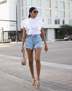 Looks frescos com shorts e sem salto - tem leveza, mas tem estilo Shorts Jeans, Denim Skirt, Camisa Oversized, Casual Weekend Outfit, Short Tops, Ruffle Top, Photo Poses, Black Cotton, Ideias Fashion