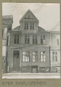 Bergen i krigsårene. Strandgaten 136 etter eksplosjonen i 1944. Huset ble senere flyttet til Gamle Bergen Museum, og er idag. Kjøpmandshuse  Kilde: Bjørn-Erik Boye via fotomuseum.bergen360.no. Foto: Ikke oppgitt Bergensavisen