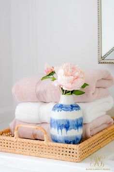 3 Simple Ways to Add Pink to your Home - Randi Garrett Design Stack towels in a tray. 3 Simple Ways to Add Pink to your Home - Randi Garrett Design Pink Towels, Decorating Bathroom, Simple Bathroom Designs, Room Essentials, Guest Room, Guest Room Essentials, Simple Bathroom Decor, Simple Bed, Decor Essentials