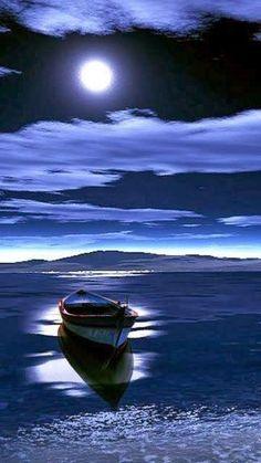Boot schaukelt gemütlich im Wasser, einer klaren Vollmondnacht. Moon Pictures, Pretty Pictures, Cool Photos, Beach Pictures, Beautiful Moon, Beautiful World, Shoot The Moon, Blue Moon, Belle Photo