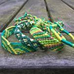 Ik was in de stad van de week en zag dat een van de actuele #modekleuren #groen is. Dat inspireerde mij in het maken van deze #armbandjes #vriendschapsbandjes #vriendschapsarmbandjes Nu #onlinetebestellen in de #webshop #Good2get . . I went out shopping and saw that the #colourgreen is very hot in the #fashion this year. That inspired me in making this #bracelets #friendshipbracelets #greenbracelets #knotted #knots #vert #groen #macrame #etsyseller #DifferenceMakesUs #greenery #nature…