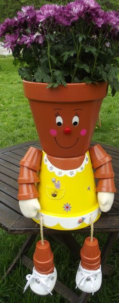 You can decorate your garden with ordinary clay pots,but in an extraordinary way. Check out these great DIY clay pot people that will cheer up your garden! Clay Pot Projects, Clay Pot Crafts, Diy Clay, Diy Crafts, Candy Crafts, Flower Pot People, Clay Pot People, Flower Pot Art, Flower Pot Crafts