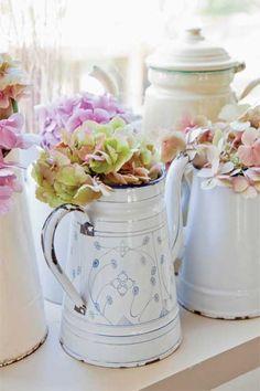 Wiele porcelanowych naczyń i tekstyliów kuchennych pochodzi  z duńskiej firmy Green Gate. Ellen lubi te dodatki, bo mają swój  niepowtarzalny styl. Co więcej – nowsze kolekcje pasują do starszych,  a letnie do zimowych. Sztandarowymi kolorami tej marki są czerwień i błękit.