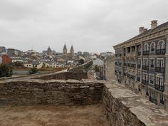 Una vista de Lugo desde su muralla.