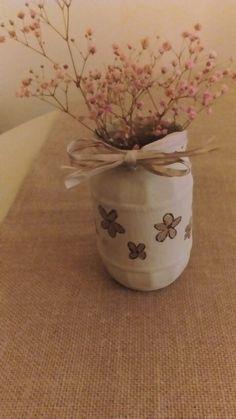 Tarro de cristal reciclado pintado con chalk paint ocre antiguo y flores decapadas y pintadas en oro viejo