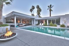 Tour a Stunning Midcentury Modern Home in Palm Springs, Calif. Tour a Stunning Midcentury Modern Hom Palm Springs Häuser, Palm Springs Style, Midcentury Modern, Moderne Pools, Luxury Modern Homes, Casa Patio, Backyard Retreat, Mid Century House, Modern House Design