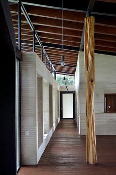 El Carajo House. Architects: Obranegra Arquitectos Location: El Retiro, Antioquia, Colombia. Year: 2013. Photographs: Nicolás Mántaras, Isaac Ramírez, Alejandro Ochoa, Carlos Pardo.