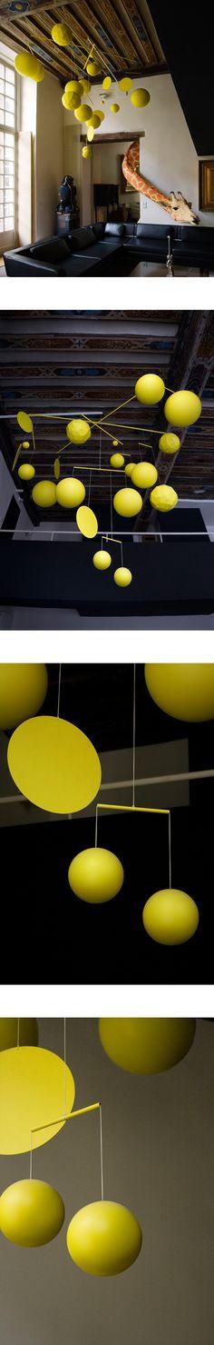 Le Mobile / The Mobile, 2009. Aluminium, acier, peinture époxy, corde, plastique / Aluminium, steel, epoxy painting, plastic, rope ; 270 x 160 x 230 cm / 8.8 x 8,1 x 7,6 feet. Collection Ora-ïto, Paris.