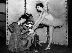 20 Rare Photos of Audrey Hepburn You've Never Seen Audrey Hepburn Born, Audrey Hepburn Photos, My Fair Lady, Gene Kelly, Rare Photos, Rare Pictures, Dita Von Teese, Mae West, Brigitte Bardot