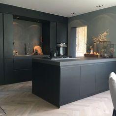 Binnenkijken bij Esmee - My Simply Special - Design della cucina Kitchen Room Design, Modern Kitchen Design, Interior Design Kitchen, Kitchen Decor, Kitchen Plants, Kitchen Ideas, Black Kitchens, Home Kitchens, Kitchen Black