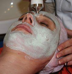 Zpevňující maska z mandlí Recept na mandlovou masku: hrst sladkých mandlí, 3 jahody, ½ okurky, 1 lžička medu, 1 lžička jogurtu. Vše zamíchejte, až z toho vznikne hladký krém. Nechte masku několik minut působit a následně smyjte masku z obličeje. Poté naneste obvyklý denní krém. Hydratační maska z mandlí nevysušuje kůži a může být bezpečně použita i v okolí očí. Kromě toho, že má tato maska silné zpevnění je důležité, aby oči zůstali stále volné.