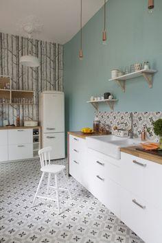relooking cuisine tendance - peinture bleu pastel, crédence en carreaux rétro et papier peint forêt