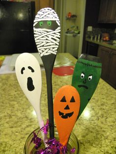 thanksgiving crafts with wooden spoons Halloween Wood Crafts, Diy Halloween Decorations, Halloween Gifts, Holidays Halloween, Thanksgiving Crafts, Fall Crafts, Holiday Crafts, Diy Crafts, Wooden Spoon Crafts