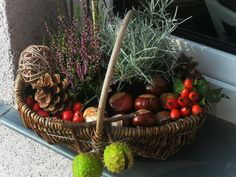 Why not decorate a basket with the things that you can find out in autumn? Why not decorate a basket? - New Deko Sites Picnic Decorations, Basket Decoration, Christmas Decorations, Wood Trellis, Wood Mantle, Garden Whimsy, Deco Floral, Wood Working For Beginners, Garden Care