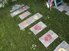 Marelle originale pour  les enfants au milieu du jardin