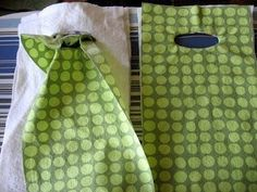 I am excited to share the tutorial for this wine tote bag that I mentioned earlier ! I had fun playing around and coming up with the pat. Wine Purse, Wine Tote Bag, Wine Bags, Sewing Hacks, Sewing Tutorials, Sewing Projects, Sewing Tips, Wine Bottle Gift, Bottle Bag