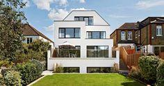 Auf der Rückseite erwacht das Stadthaus Imagine zum Leben, da die Fasssade mit großen Glaselementen und einer schönen Terrasse mit Blick in den Garten ausgestattet ist – Baufritz.