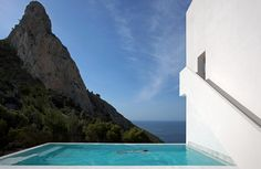 Casa del Acantilado (cliff house) is a spectacular minimalist house located high on a cliff in the city of Alicante, Spain. Designed by Fran Silvestre Arquitectos, the impressive villa stands out with its daring look, clean straight lines and stark w A As Architecture, Contemporary Architecture, Architectural Digest, Infinity Pools, Balearic Sea, Moderne Pools, Home By, Cliff House, Belle Villa