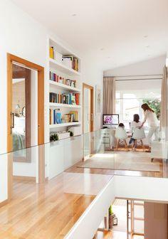 Pasillo con zona de estudio y librería empotrada Home Interior Design, Interior Decorating, Living Room Decor, Living Spaces, Futuristic Home, Peaceful Home, Bedroom Loft, Home Renovation, Ideal Home