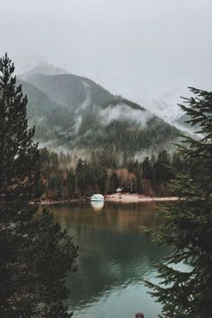 Beautiful lake in the mountains with trees in the forest ähnliche tolle Projekte und Ideen wie im Bild vorgestellt findest du auch in unserem Magazin . Wir freuen uns auf deinen Besuch. Liebe Grüße