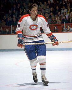 Peter Mahovlich est un des quatre joueurs de l'histoire des canadiens à avoir récolté plus de 100 points au cours d'une saison. L'un des centres les plus productifs et les plus populaires de l'histoire de l'équipe, il a apprécié chaque minute de son séjour de neuf ans à Montréal. Mahovlich a amassé 105 points en 1975-1976 et a décroché une troisième coupe Stanley, suivie d'une quatrième l'année suivante. Montreal Canadiens, Hockey Games, Ice Hockey, Toronto, Nfl Fans, National Hockey League, Detroit Red Wings, Hockey Players, Baseball