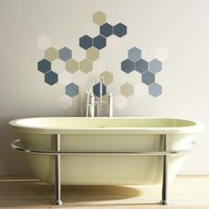 Badezimmer Sechesck Wandmuster über Badewanne