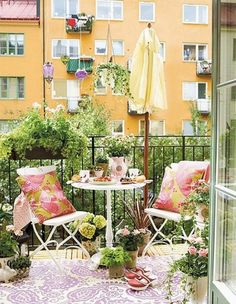By adding an umbrella, you can enjoy your balcony garden in your apartment even when it's hot and sunny.