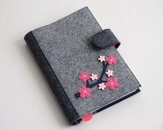 Dieser Artikel würde ein großes Geschenk für ein stilvolles Mädchen oder eine Frau, aber besonders für jemanden, der modische und einzigartige Dinge liebt. Es würde eine elegante Hülle für jedes Buch, die Sie für ein Geschenk, wie ein Tagebuch oder Adressbuch geben möchten. Die