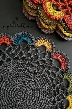 Crochet Mat, Crochet Squares, Crochet Crafts, Crochet Projects, Crochet Table Runner Pattern, Crochet Placemat Patterns, Doily Patterns, Crochet Butterfly Pattern, Crochet Flower Tutorial