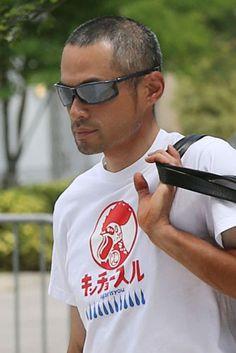 「キンチョースル」という文字が描かれたTシャツを着て、球場入りするイチロー(共同)