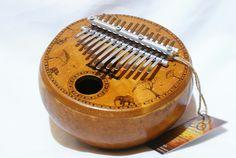 Kalimba África Ancestral com pirogravuras.  Instrumento Musical Profissional
