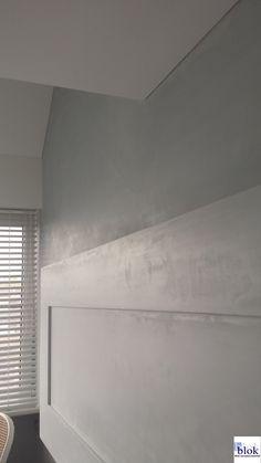 Een wand met Pandomo gestuct in een licht grijze tint. Wanneer het licht erop valt zie je duidelijk de super gladde afwerking.