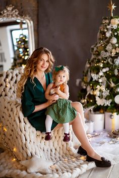 СЕМЕЙНЫЕ ФОТОСЕССИИ Mother Daughter Photos, Mother Daughter Photography, Christmas Photography Kids, Children Photography, Family Posing, Family Photos, New Year Photoshoot, Studio Photography Poses, Family Christmas Outfits